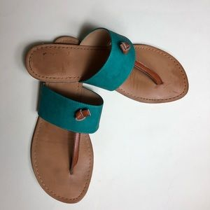 BC flat sandals w teal cross piece. Size 8.5